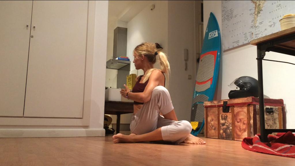 yoga para escoliosis ardha matyendrasana