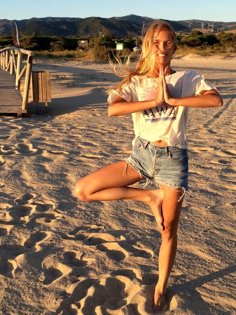 yoga para mayores postura vrksasana o del árbol