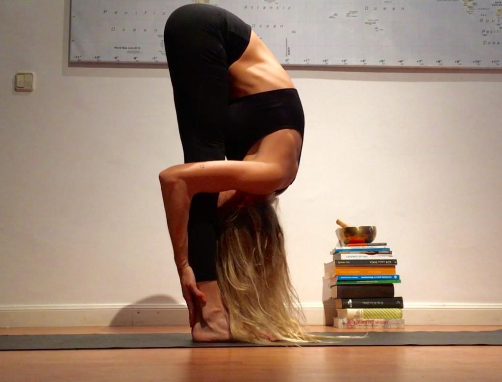yoga para la ansiedad postura de uttanasana