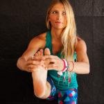 yoga para principiantes postura del canguro extendida (uttitha hasta padangusthasana)