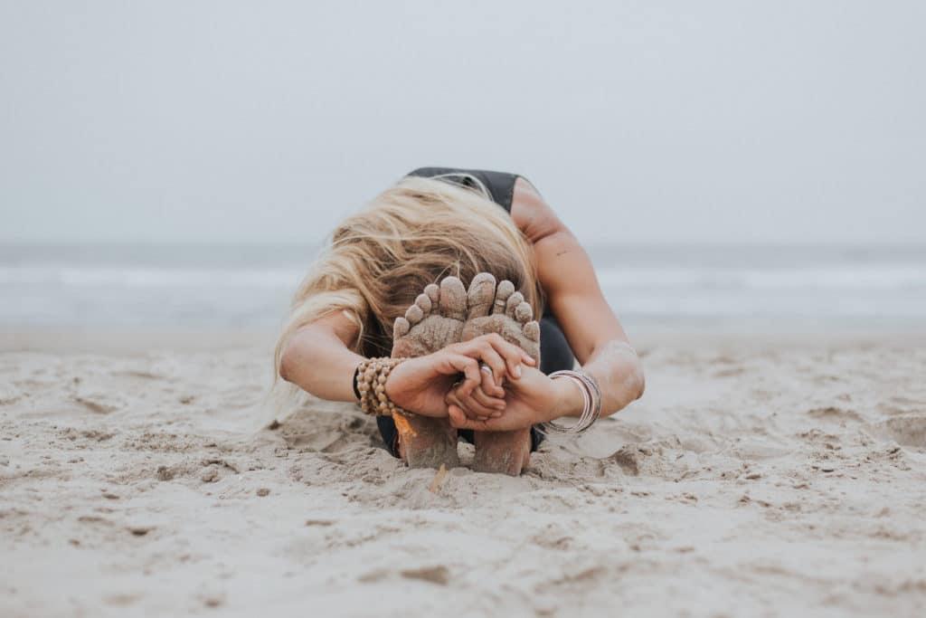 postura para el dolor de espalda Postura de la pinza o paschimottanasana
