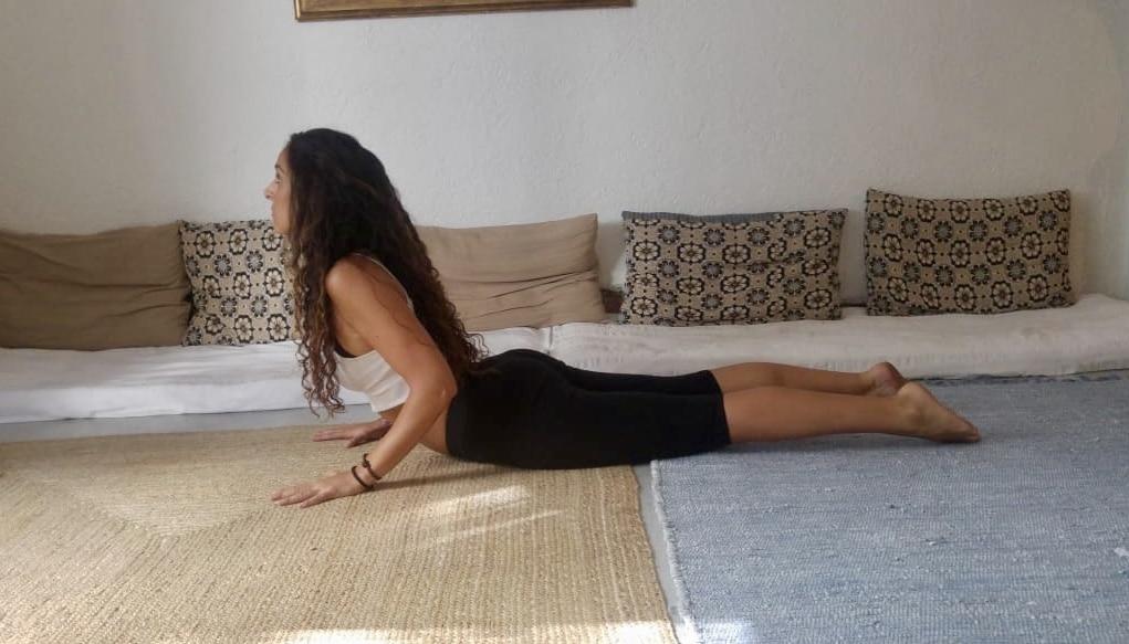 yoga para mayores postura de la cobra o bhujangasana