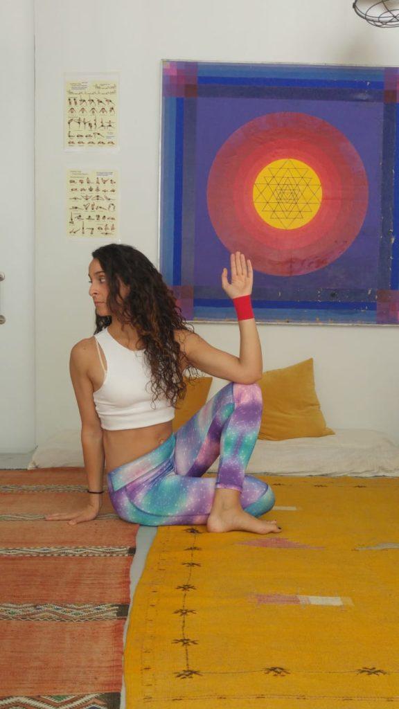yoga dolor lumbares postura ardha matsyendrasana