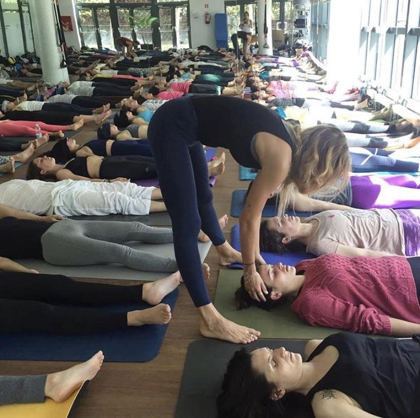 yoga para la ansiedad postura de savasana o cadaver