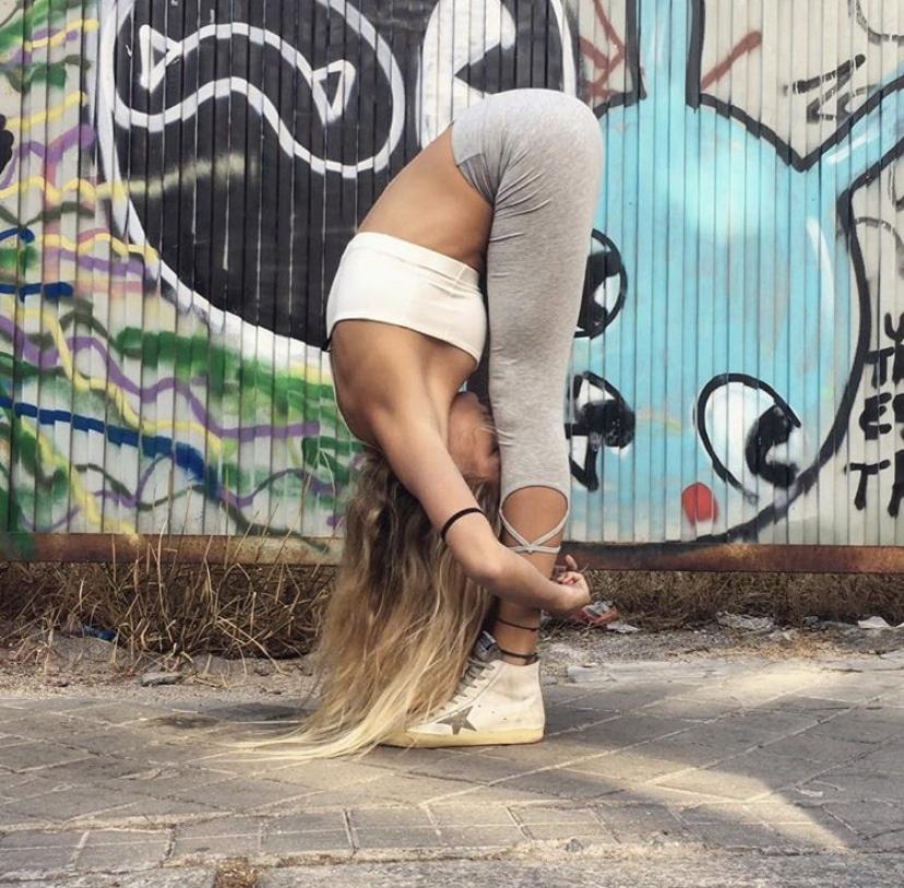 postura de flexión Uttanasana