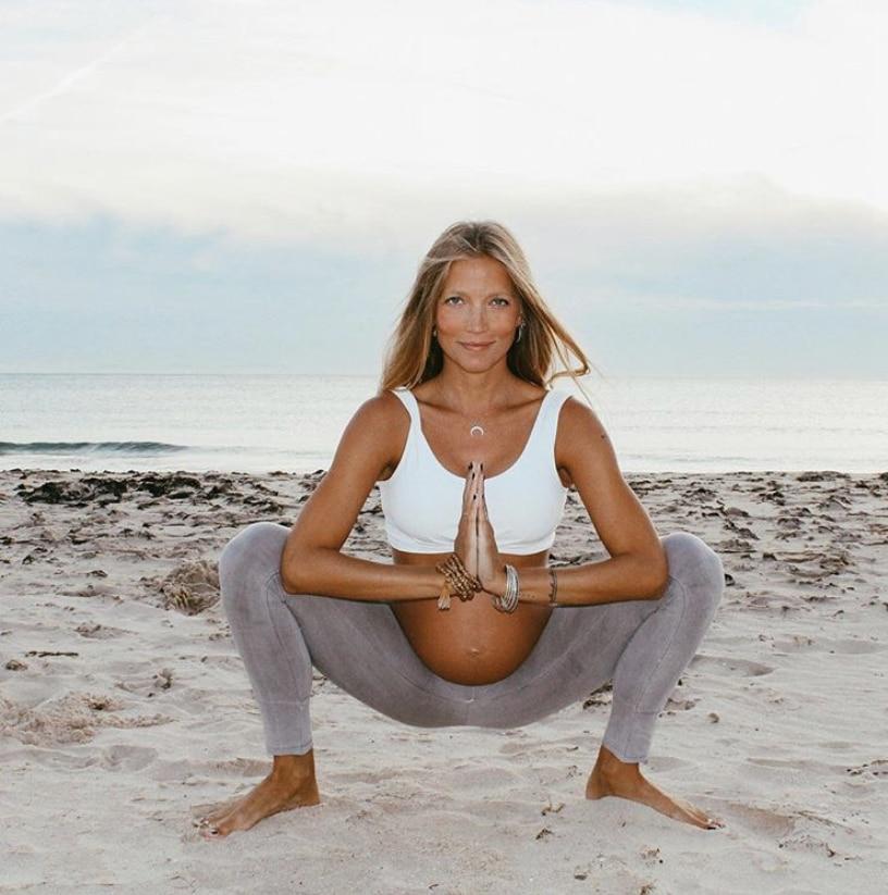 posturas de yoga para embarazadas postura de malasana o guirnalda