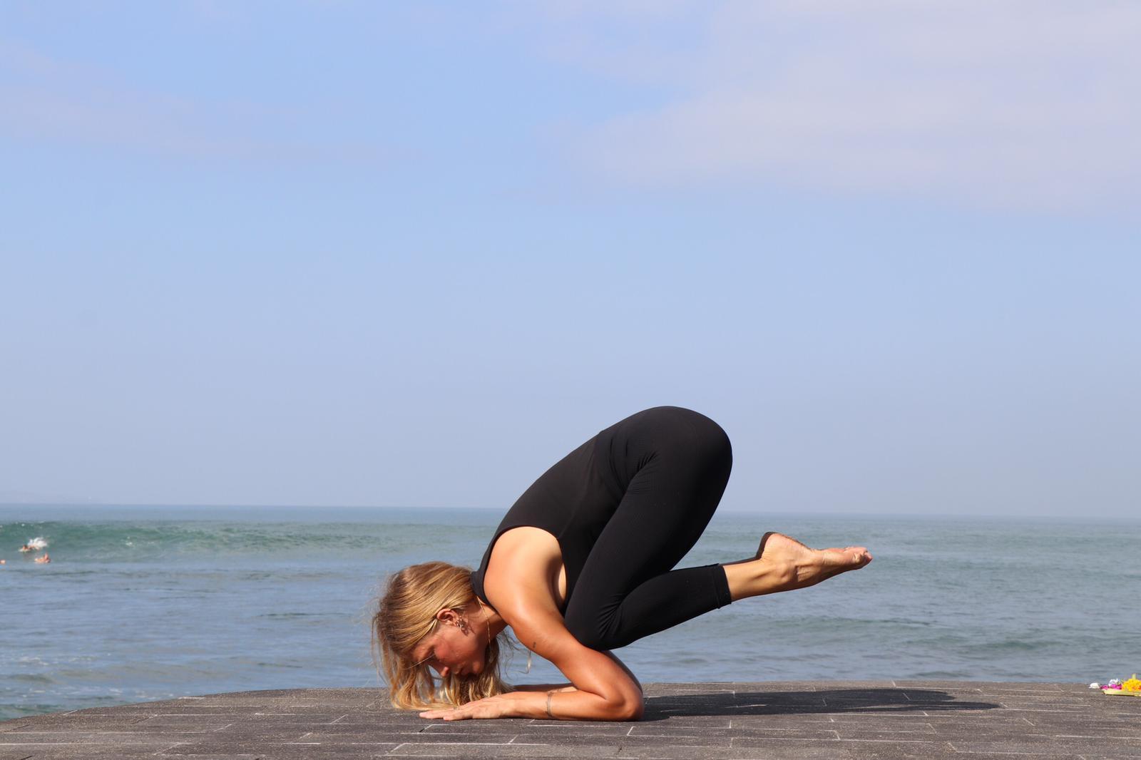 La relación entre mente y fuerza para conseguir las posturas de yoga más exigentes