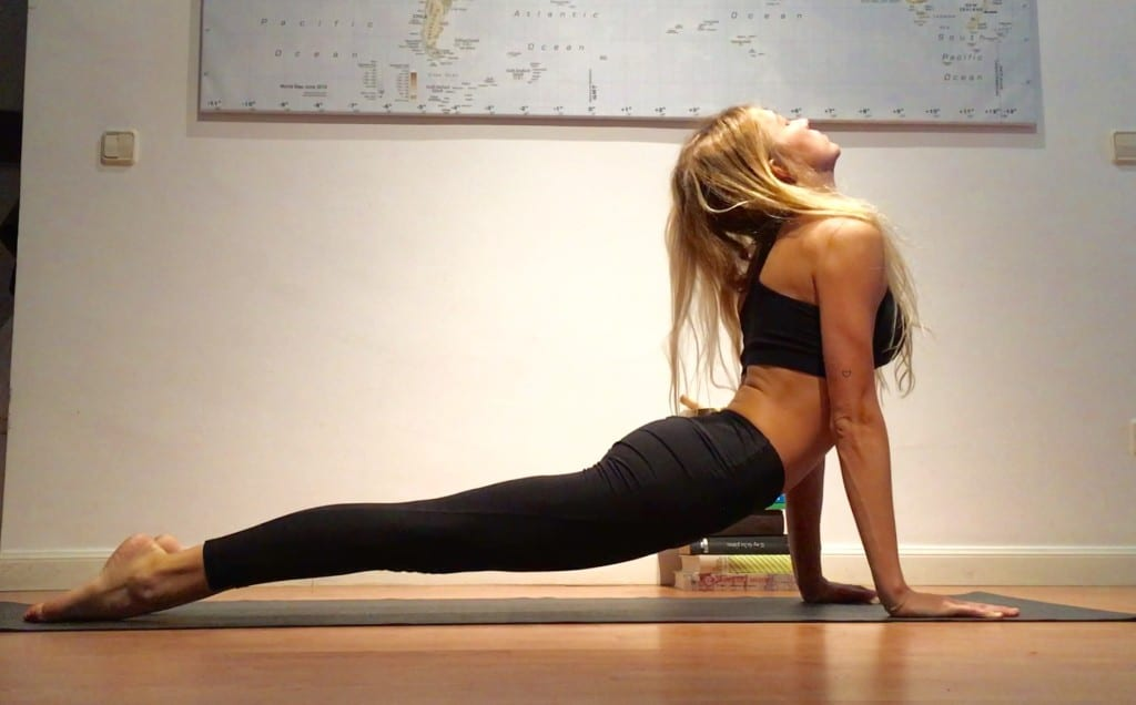 posturas de iniciación al yoga postura del perro boca arriba (urdhva mukha svanasana)