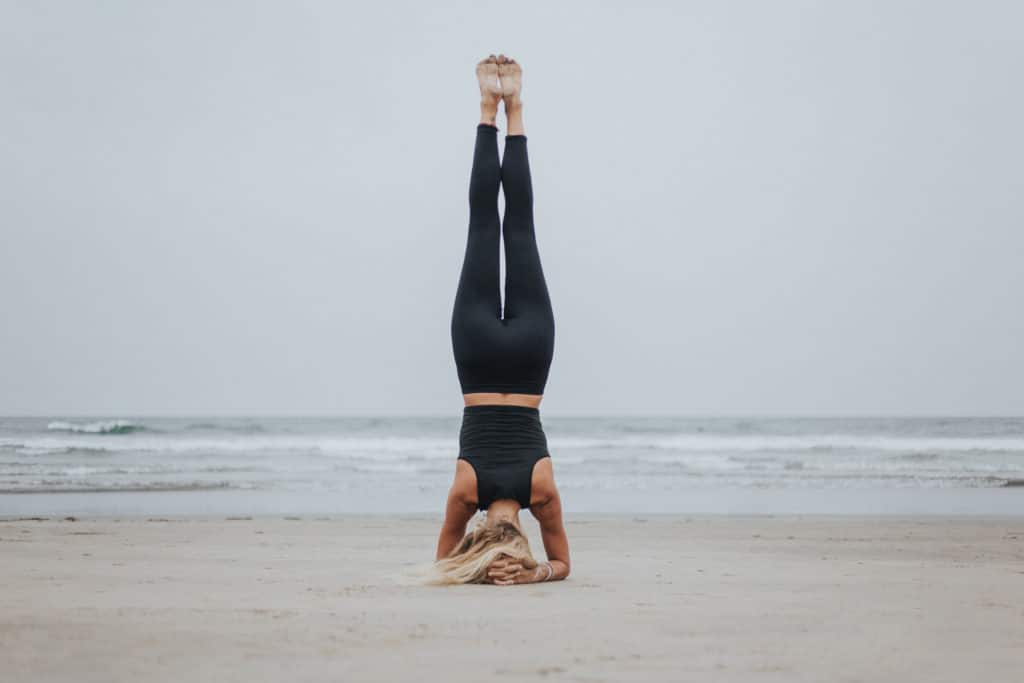 postura equilibrio sobre la cabeza o sirsasana